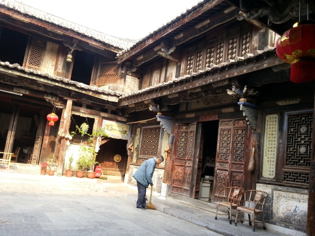 An old man was sweeping in the old house which is full of different life elements. Definitely, one of them is Simplicity, very Chinese.