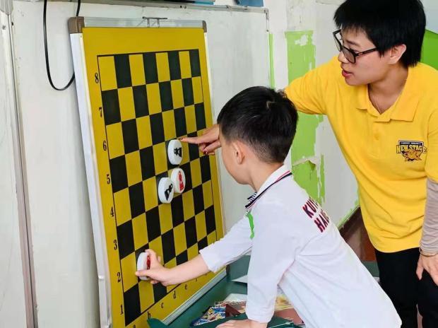 "---""Teaching Kids Chess"", Shanghai, 2019.11 | 《教小朋友国际象棋》樊老师摄于上海"